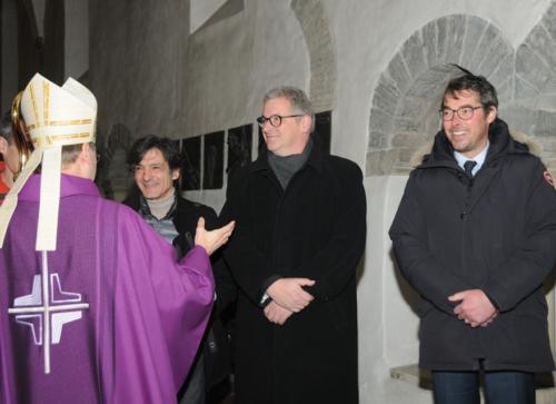 Der Weihbischof gratuliert den Orgelbauern
