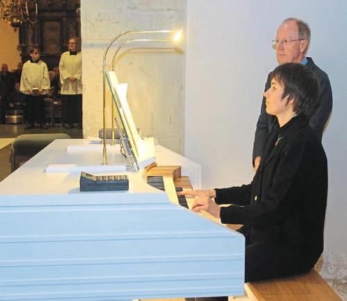 Stiftskantorin Agata Lichtscheidel bei der Orgelweihe