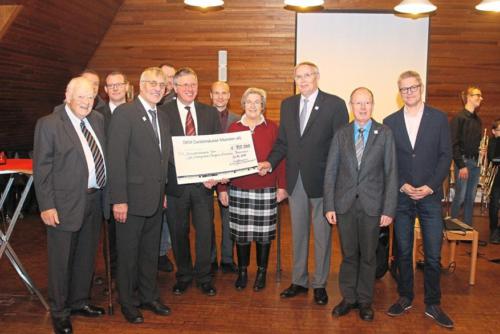 Der Scheck des Orgelbauvereins über 100.000 Euro wird überreicht